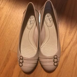 BRAND NEW IN BOX Nude flats